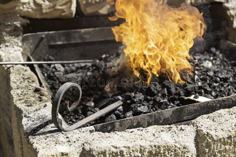 Flammes dans une forge photo stock