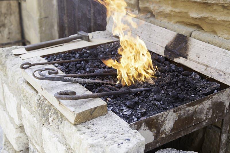 Flammes dans une forge photographie stock libre de droits