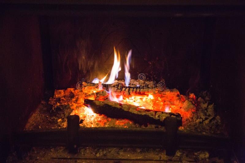 Flammes du feu avec la cendre en cheminée photo libre de droits