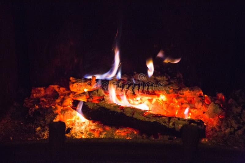Flammes du feu avec la cendre en cheminée photographie stock libre de droits