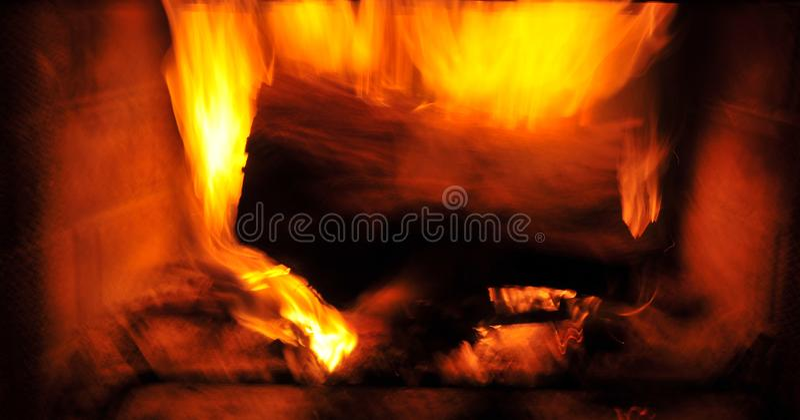 Flammes du feu d'hurlement en cheminée photo libre de droits