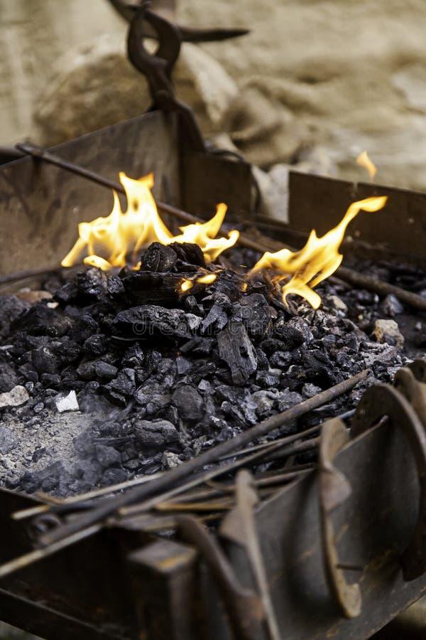 Flammes du feu dans une forge image stock