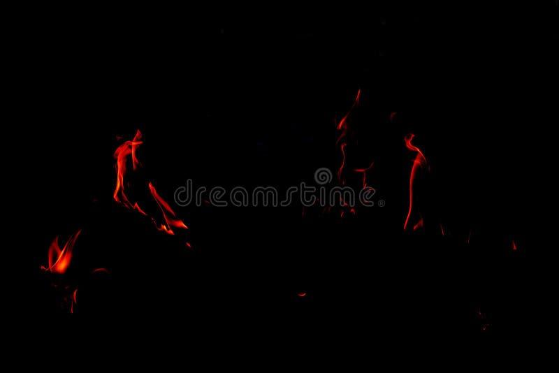 Flammes du feu sur le fond noir abstrait, photos libres de droits