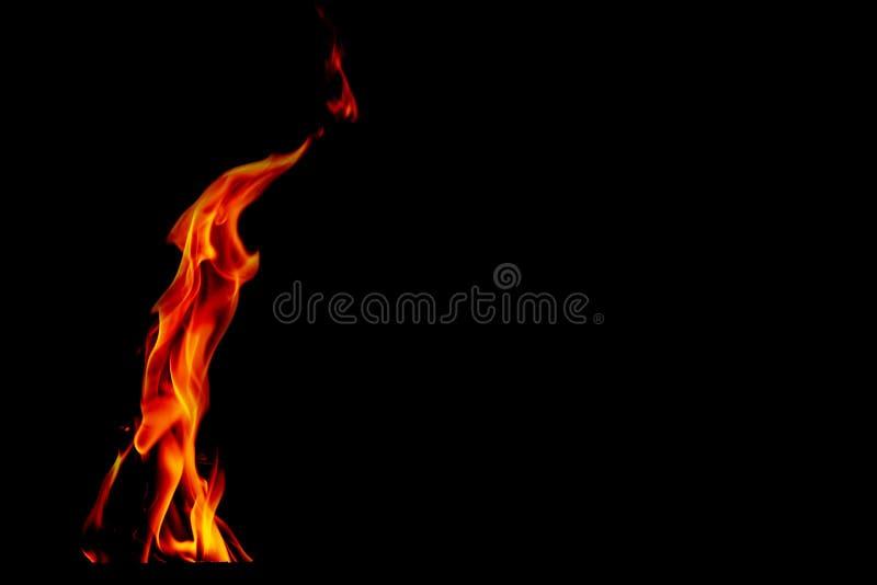 Flammes du feu sur le fond noir abstrait, photo stock