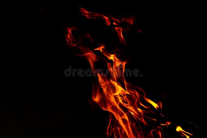 Flammes du feu sur un abr?g? sur noir fond photographie stock libre de droits