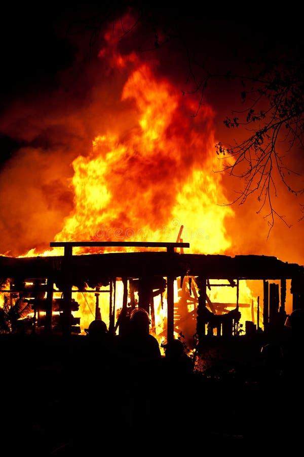 Flammes par le toit photo stock