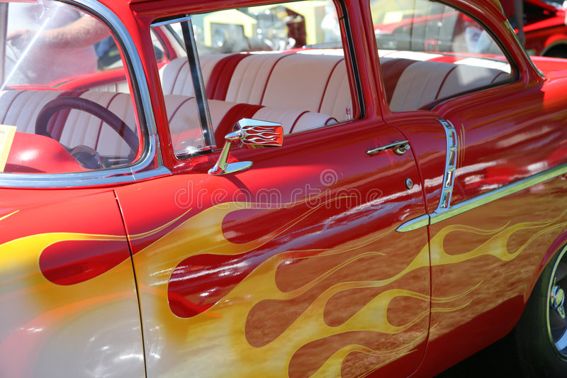Flammes peintes sur le véhicule photos stock