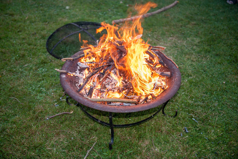 flammes sur un puits du feu de jardin image stock image du charbon barre 64325899. Black Bedroom Furniture Sets. Home Design Ideas