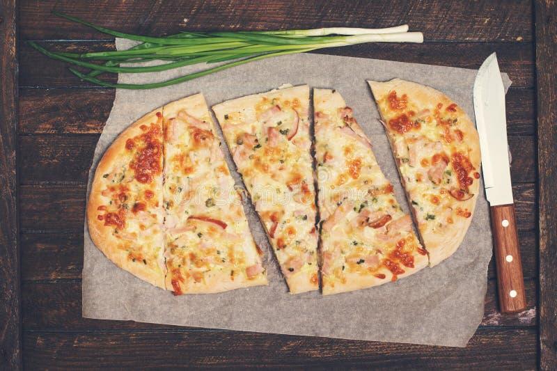 Flammkuchen oder traditionelle elsässische Torte, scharfes Flambe, grünes Onio lizenzfreie stockbilder