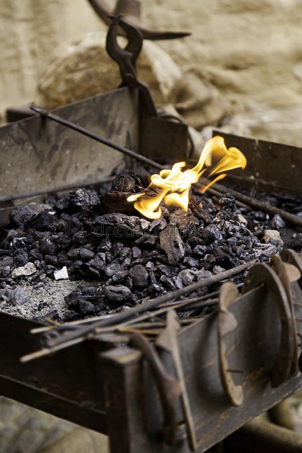 Flammor av brand i en smedja royaltyfri fotografi