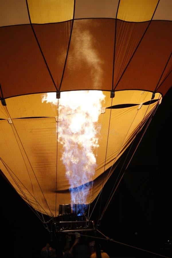 Flammor som fyller en ballong för varm luft royaltyfria bilder