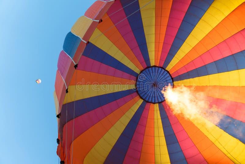 Flammor som stiger i en ballong för varm luft royaltyfria bilder