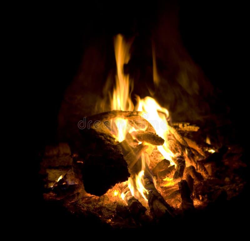 Flammt brennende Feuerasche des Lagerfeuers und Kohlenahaufnahme stockfotos