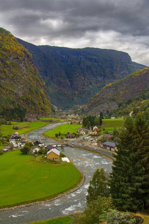 Flamselvi River Valley en la manera a Flam, Noruega imagen de archivo