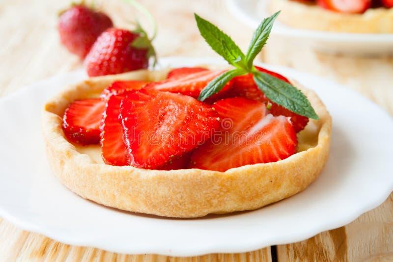 Flan avec de la crème et des fraises, tarte photo stock