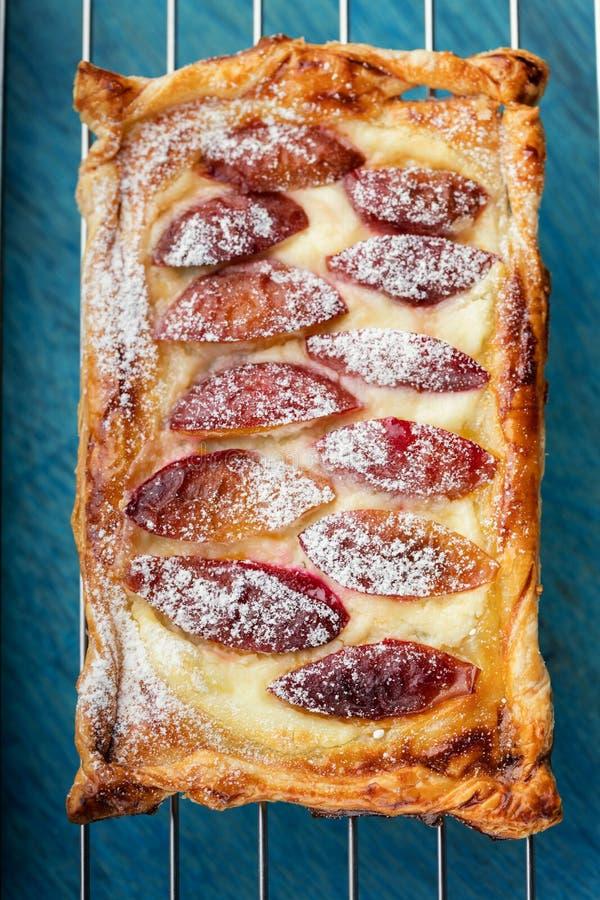 Flan fait maison de pâte feuilletée avec des prunes Vent rectangulaire délicieux photo stock