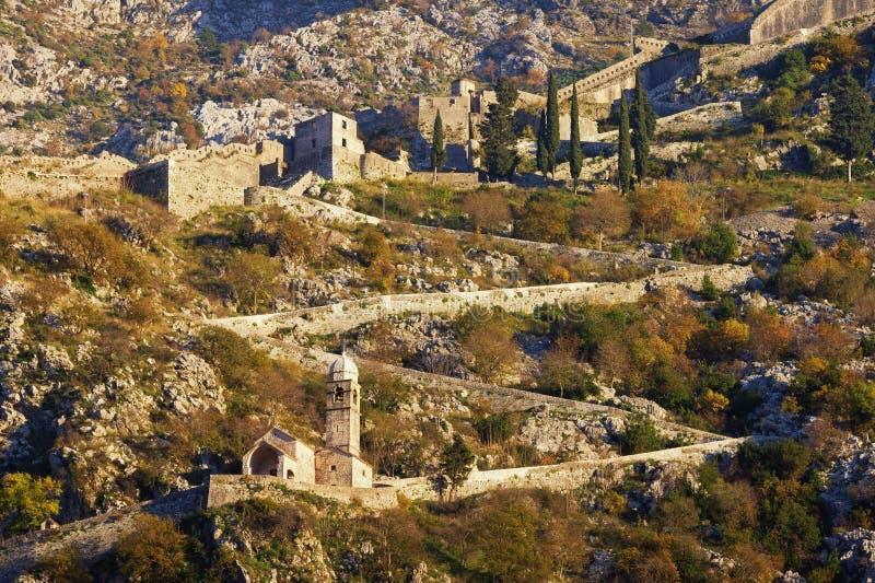 Flanc de montagne avec les fortifications antiques Monténégro, route à la forteresse de Kotor image stock