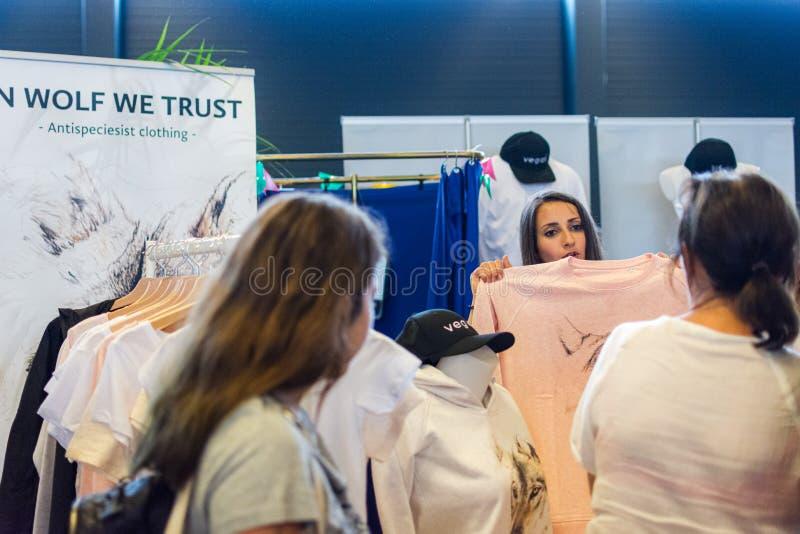 Flanders Expo, Gent Ghent, Βέλγιο, 17 Αυγούστου 2019: Γιορτή του καλοκαιριού των Χορτοφάγων, πωλητής που δείχνει γυναικεία ρούχα στοκ εικόνα με δικαίωμα ελεύθερης χρήσης