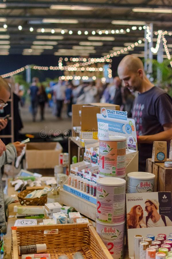 Flanders Expo, Gent Ghent, Belgio, 17 agosto 2019: Festa estiva vegetariana, latte vegano per neonati immagini stock libere da diritti