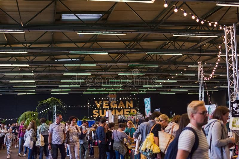 Flanders Expo, Gent Ghent, Belgio, 17 agosto 2019: La festa estiva vegetariana, gente al mercato fotografie stock