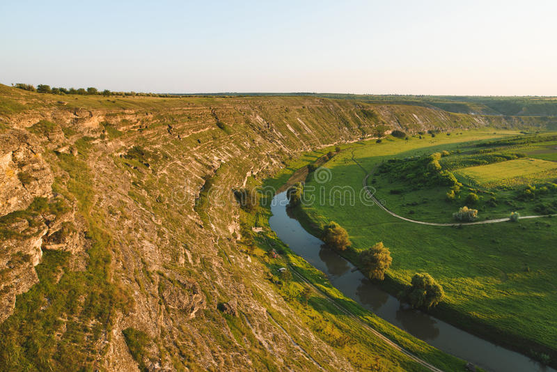 Flanka wzgórze i rzeka obraz stock