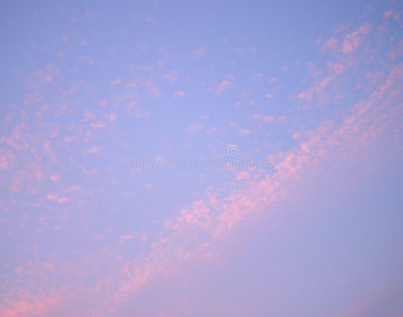 Flarden en Lijnen van Wolken in Blauwe Hemel met tinten van Roze - Natuurlijke Abstracte achtergrond royalty-vrije stock afbeeldingen