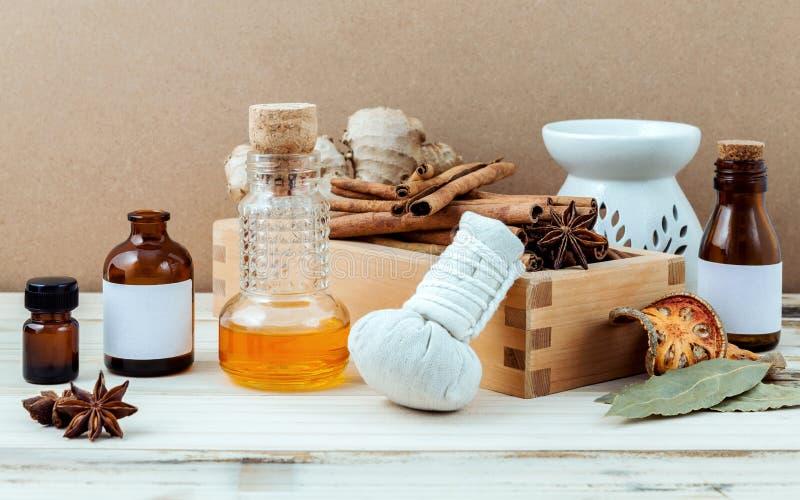 Flasche ätherisches Öl mit Zimtstange, Sternanis, Buchtweide stockbild
