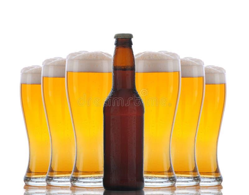 Flasche Bier mit Gläsern nach lizenzfreie stockfotos