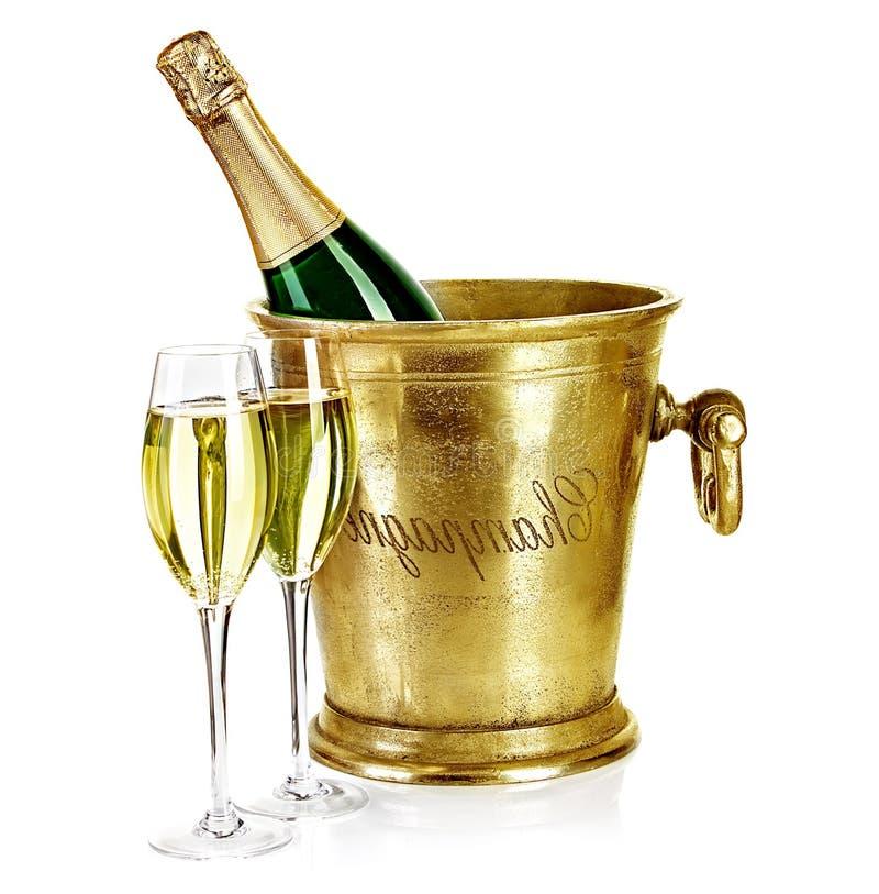 Flasche Champagner im Eiseimer mit Stemware stockfotografie