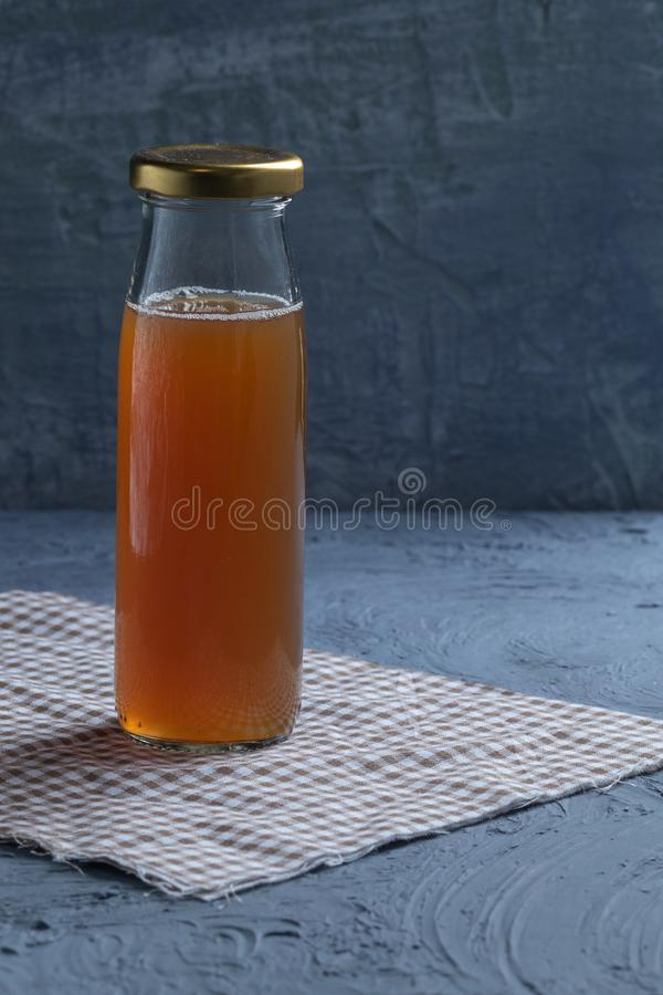 Flasche DattelFruchtsaft stockfotos