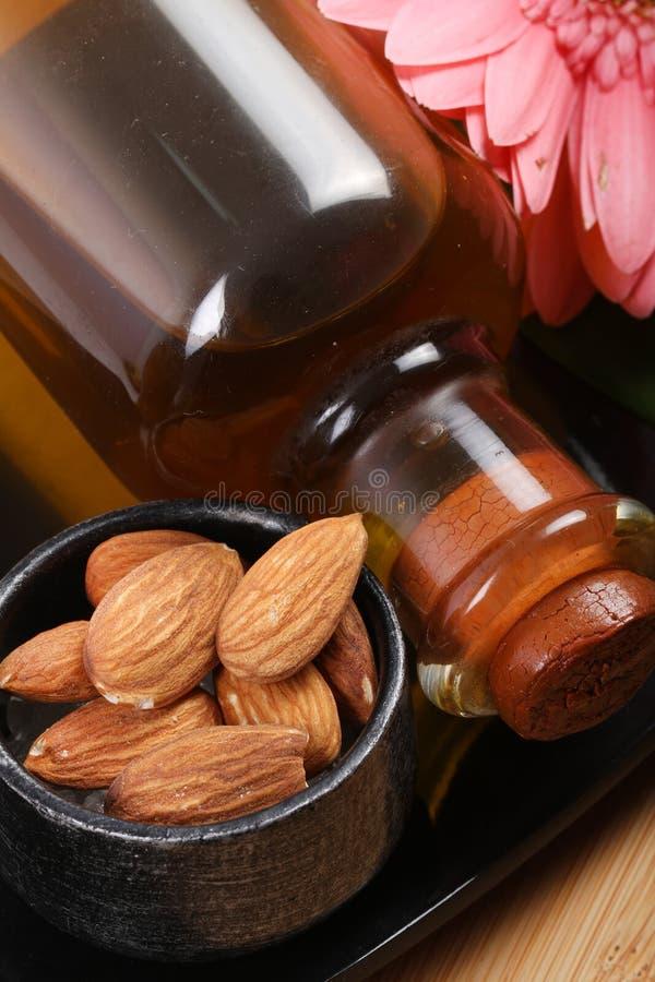 Flasche des nuts Öls der Mandel lizenzfreie stockfotos