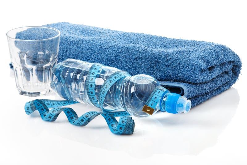Flasche des Wassers und des Maßbands stockbilder