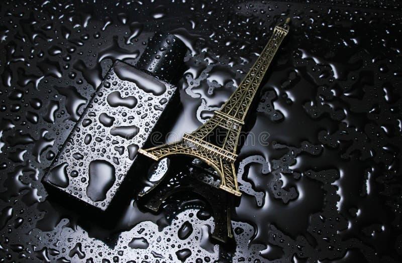 Flasche französisches men' s-Parfüm, Statuette des Eyfeleve-Turms stockfoto