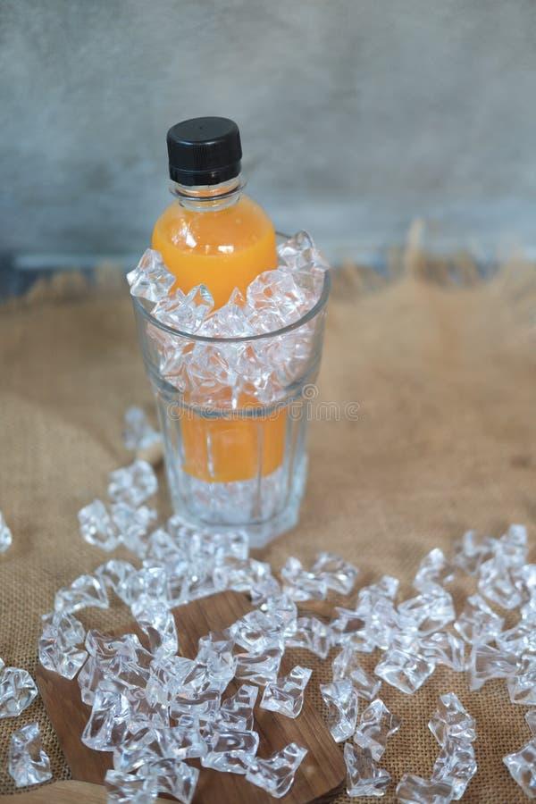 Flasche frischer Orangensaft lizenzfreie stockbilder