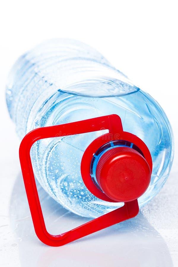 Flasche kaltes Wasser stockbild