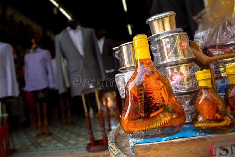 Flasche Kobra- und Skorpionsalkohol stockbild