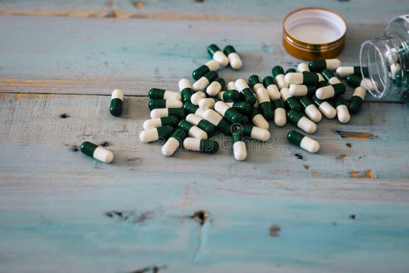 Flasche Medizinpillen auf a woden Tabelle Konzept von Drogen und Krankheit mit pharmazeutischer Heilung - Gewichtsverlust oder fe stockbilder