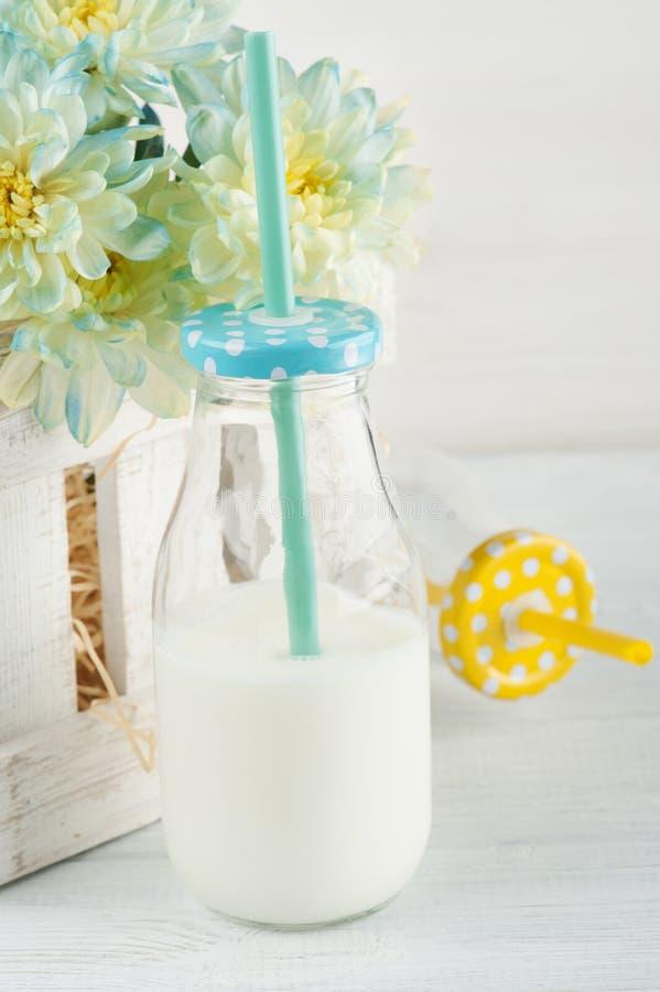 Flasche Milch mit Stroh lizenzfreie stockfotografie