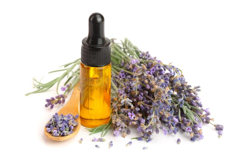 Flasche mit den Aromaöl- und -lavendelblumen lokalisiert auf weißem Hintergrund stockfotos