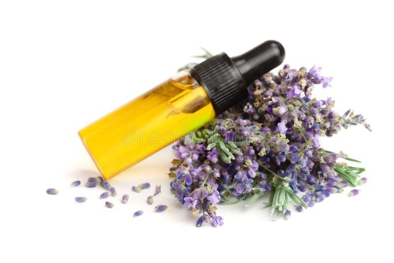 Flasche mit den Aromaöl- und -lavendelblumen lokalisiert auf weißem Hintergrund stockbilder