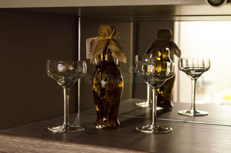 Flasche mit der Flüssigkeit reflektiert im Spiegel stockfotografie