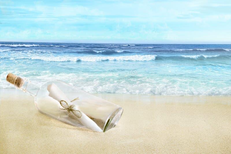 Flasche mit einer Mitteilung auf dem Strand stockfotografie