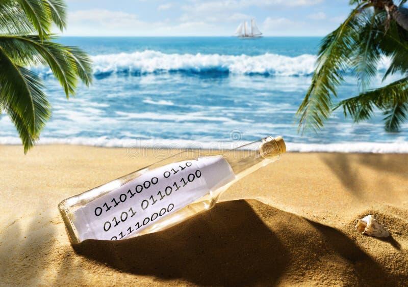 Flasche mit einer Mitteilung im binär Code auf dem Strand stockbild