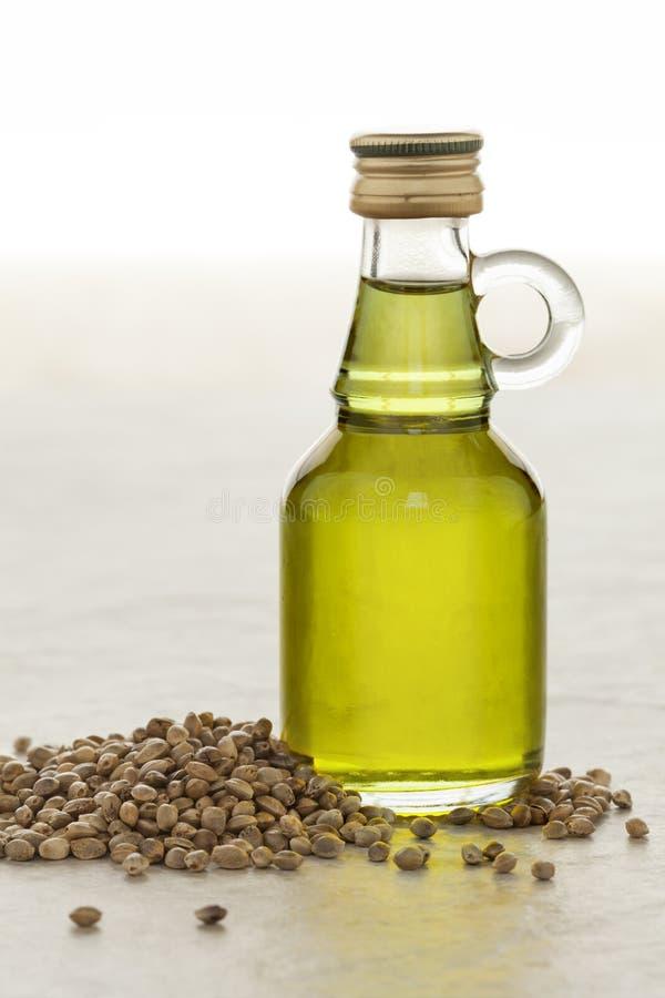 Flasche mit Hanfsamenöl lizenzfreies stockbild