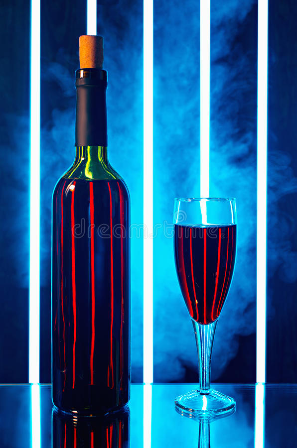 Flasche mit Rotweinglas im Rauche stockfoto
