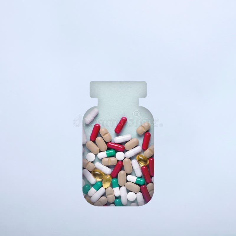 Flasche mit verschiedenen Pillen und Pillen minimalismus Das Konzept der erster Hilfe im Falle der Hitze, Temperatur stockbilder