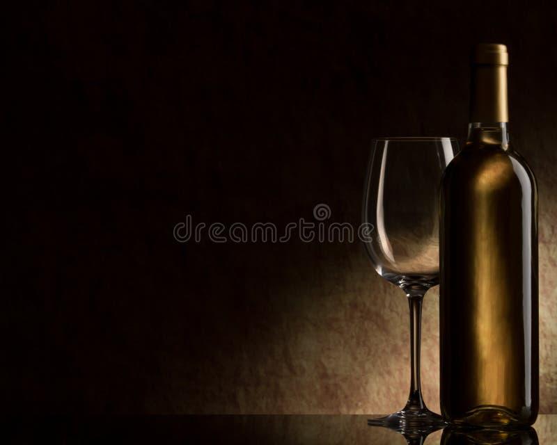 Flasche mit weißem Wein und Glas stockfoto