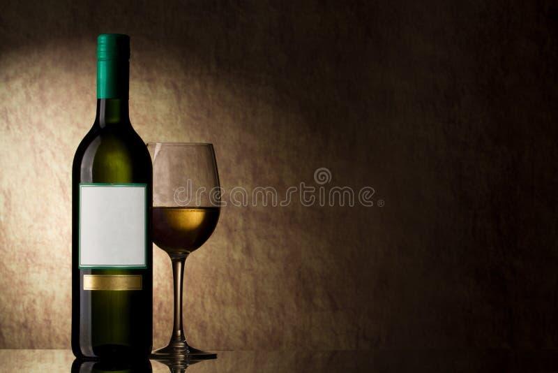 Flasche mit weißem Wein und Glas stockbild