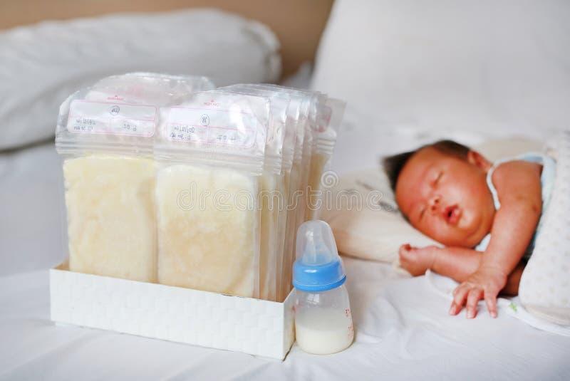 Flasche MutterMuttermilch Muttermilchspeicher stockbilder