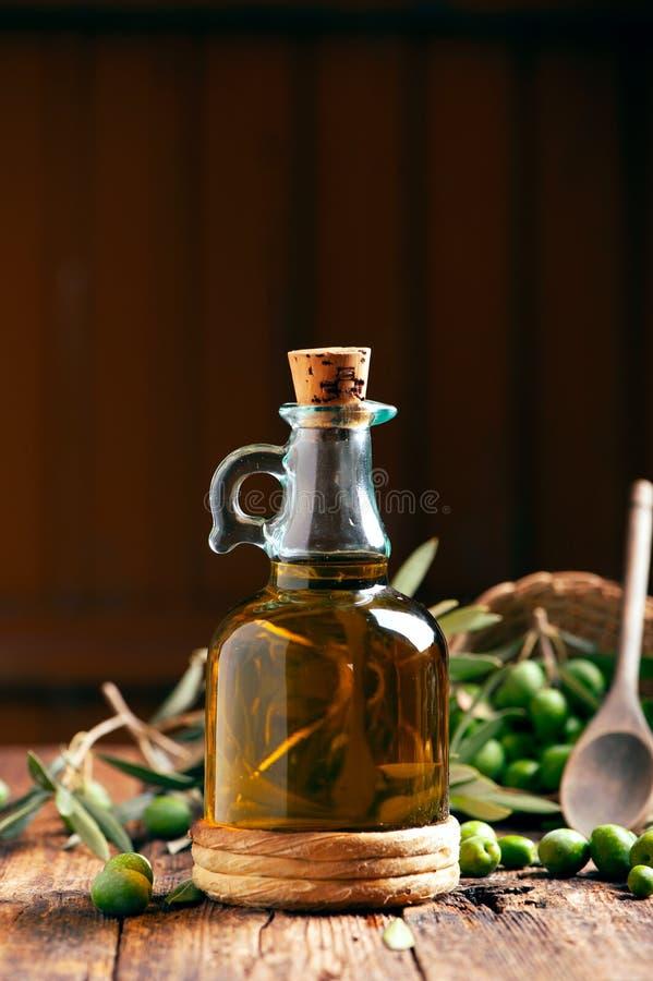 Flasche Oilve Öl Auf Holztisch Stockbild - Bild von frisch ...